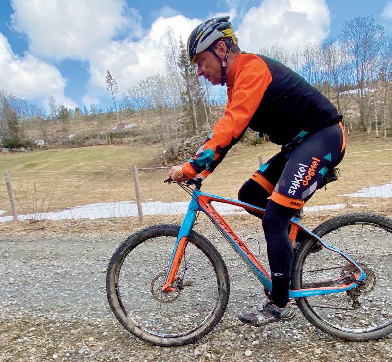 HOLDER SEG I FORM: Han trener ikke to ganger for dagen lenger, men får han til 3-4 økter i uka er han fornøyd. Sykkel og ski er favoritttreningsformene. Her utenfor hjemmet på Lillehammer.