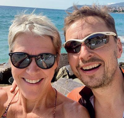 SPREK KJÆRLIGHET: Ragnhild og Anders har mange minner fra idrettslivet, men ennå flere som ektepar og med tre voksne barn – og mye aktivitet. Foto: Privat