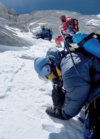 OKSYGEN: Brit jobber seg mot toppen med oksygenmaska på. I bakgrunnen - Øyvin