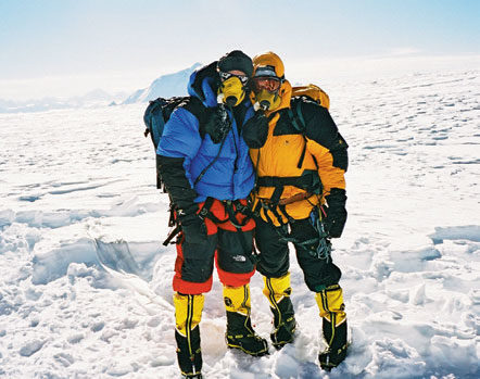 PÅ TOPPEN: Øyvin Thon og Brit Volden på toppen av Cho Oyu (8201 moh.) i Nepal 2005. I bakgrunnen - Mont Everest. Foto: Privat