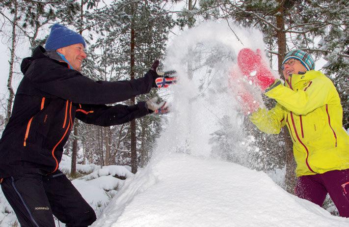 TRIVES MED SNØ: Brit Volden og Øyvin Thon trenger ikke å gå lenger enn til naturtomta utenfor huset de har bodd i i over 30 år for å finne nok snø til å ha det moro med snøen. Ofte er turene langsomme i nærområdet, men to-tre løpetur i uka blir det også tid til. FOTO: JENS O. KLØVRUD