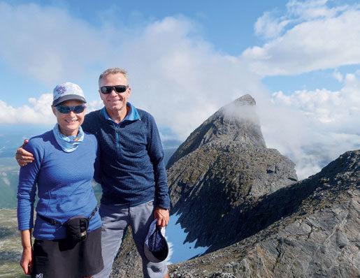 HJEMME OGSÅ BRA: Brit og Øyvin trives i fjellet - også i Norge. - De er utrolig mange fine utfordringer også her hjemme, sier Brit. FOTO: PRIVAT