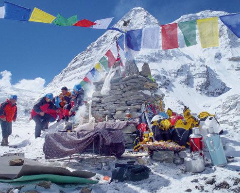 RITUALER: I Basecamp er velsignelse og ritualene viktige for sherpaene som er avgjørende hjelp for ekspedisjonene. FOTO: PRIVAT