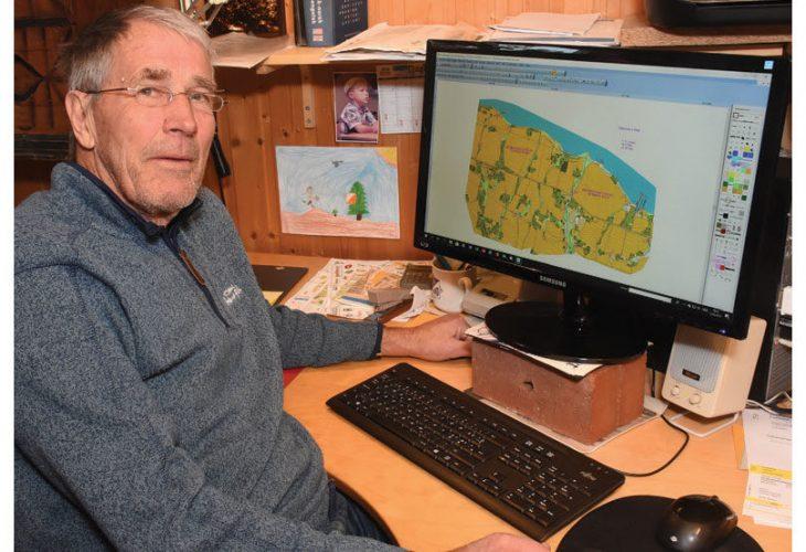 RUTINERT KARTTEGNER: Svein Solerød (82) har mer enn 60 års fartstid som karttegner. 82 år gammel er han fortsatt i full vigør med stadig nye prosjekter. FOTO: JON OLAV ANDERSEN, TOTENS BLAD.