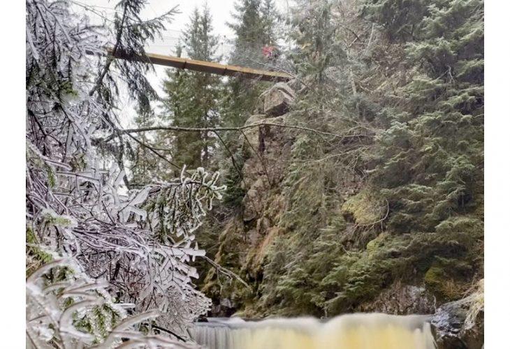 BJØRNSJØHELVETE: Denne hengebrua – 22 meter lang og 13 meter høy – sørget Sindre Langaas for å redde som et kulturminne og turmål for mange som bruker Nordmarka. FOTO: PRIVAT