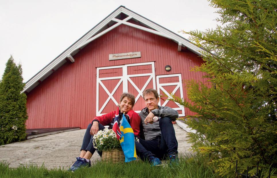 PÅ LÅVEBRUA: Hege og Jörgen har vært et par siden 1989. Vakre Flannumshaugen har vært firebarnsfamiiens hjem siden 2001 da de flyttet fra Jörgens hjemby, Strändnäs i Sverige. FOTO: JENS O. KLØVRUD