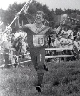 VM95: Jörgen kan juble med det svenske fl agget i tyske Detmold. Han tar karrierens andre VM-gull. Foto fra boka «Mr. orientering»