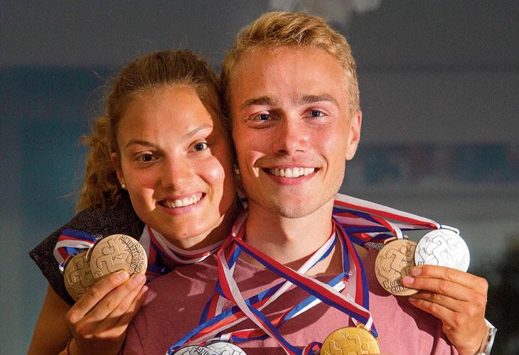 MEDALJEPARET: Kasper Fosser og Simona Aebersold med fire VM-medaljer hver hjemme i stua hos familien Fosser i Oslo. FOTO: JENS O. KLØVRUD