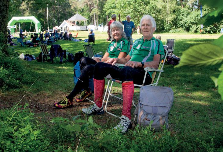VETERAN-PAR: Einar og Gudveig har sittet ofte i campingstolene på samlingsplass. Nær 90 land har de kvittert ut på o-løp-deltakelse-lista. FOTO: JENS O. KLØVRUD