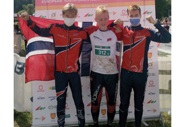 STAFETTSEIER: Brage Takle (f.v.), Martin Vehus Skjerve og Alfred Bjørnerød kunne juble for seier etter stafetten på ungdoms-EM. FOTO:HH