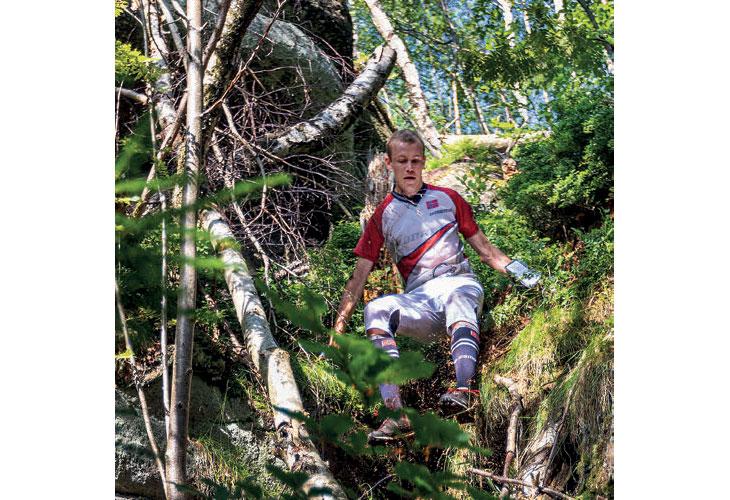 KREVENDE MELLOMDISTANSE: Eskil Kinneberg sklir ned bakkene i det som betegnes som en svært krevende mellomdistanse. Det holdt til 6. plass. FOTO: WOC2021